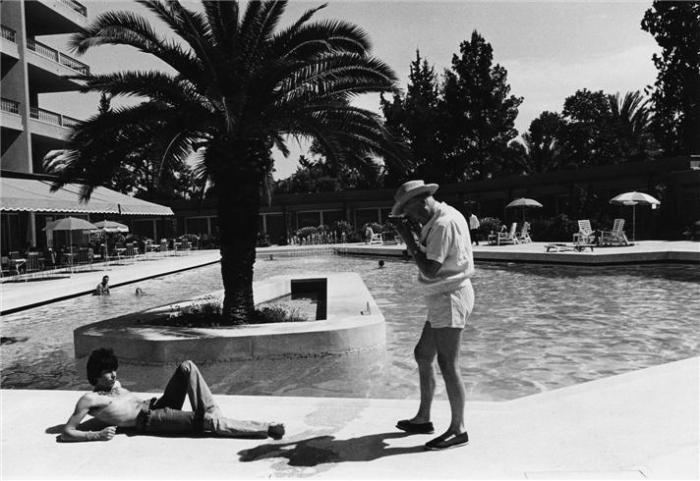 Cecil Beaton photographing Keith Richards of The Rolling Stones