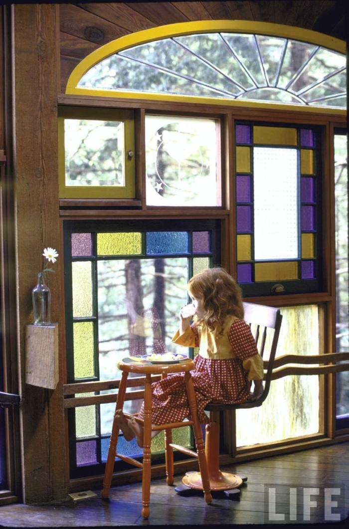 Here, Holmes' daughter Tavia enjoys lunch by her favorite window.