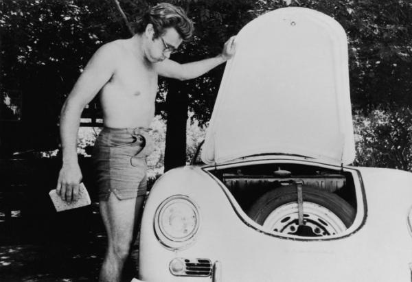 Джеймс Дин в счастливые дни стиральная своего первого Porsche - кабриолет Speedster.