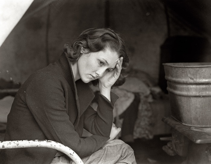 PHOTOGRAPHY OF DOROTHEA LANGE AN AMERICAN ARCHIVE HARD TIMES - Photographer captures photos of desperate men shopping with their ladies