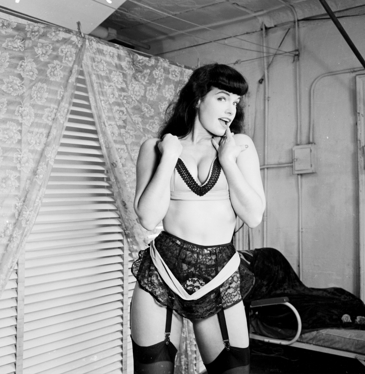 http://theselvedgeyard.files.wordpress.com/2010/12/bettie-page-garters.jpg?w=1200
