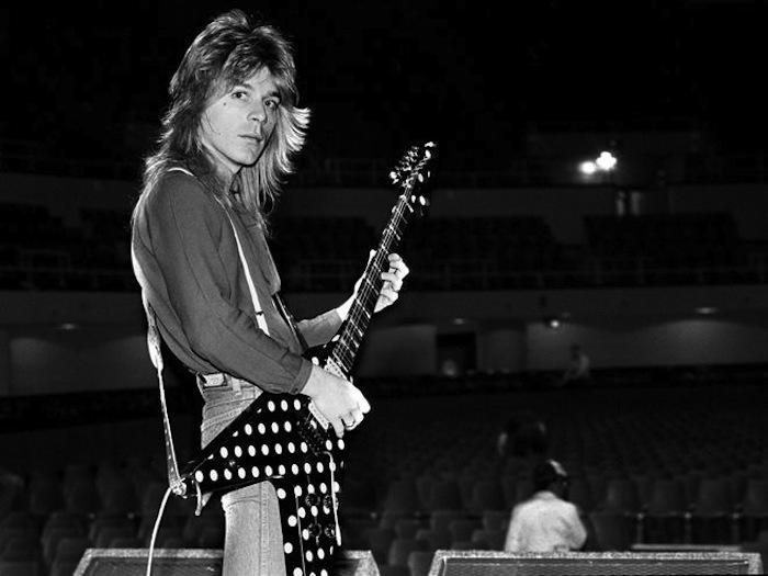 Tus fotos favoritas de los dioses del rock, o algo - Página 3 Randy-rhoads-flying-v