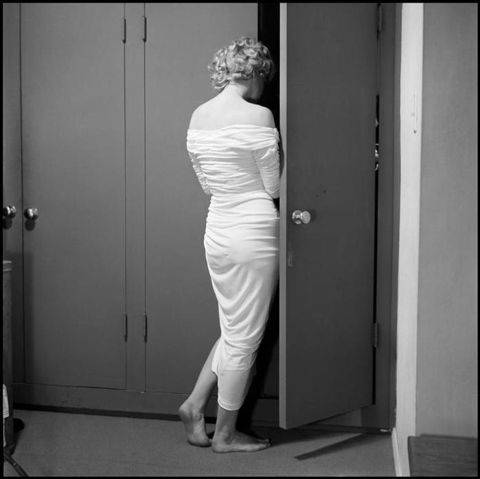 marilyn monre philippe halsman hotel closet 1952