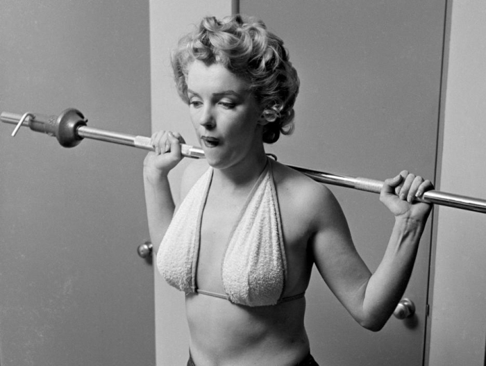 marilyn monroe philippe halsman lifting weights 1952
