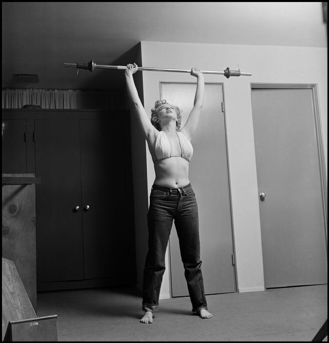 philippe halsman marilyn monroe lifting weights 1952