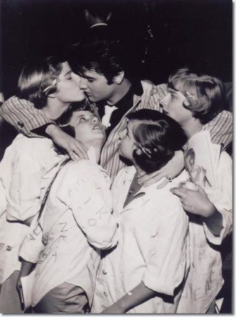 1957_march_st_louis_elvis_with_fans