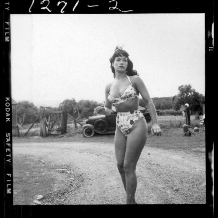 WEEGEE_BETTIE_PAGE_HEADLEY_FARM_1956
